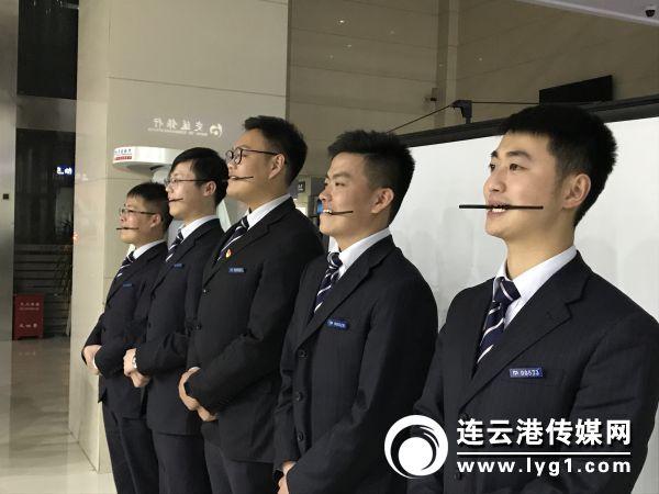 交行连云港分行组织开展服务礼仪专题培训 (2)