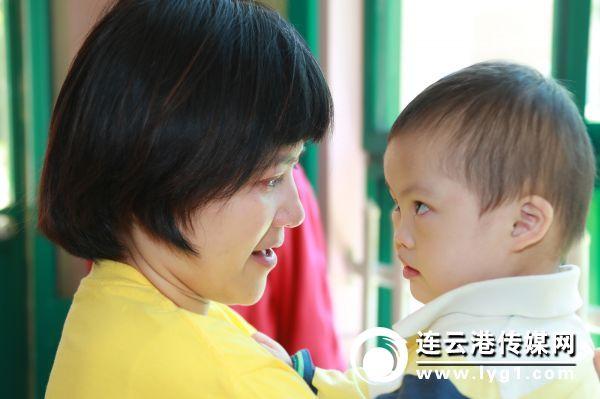 志愿者与孩子深情相望