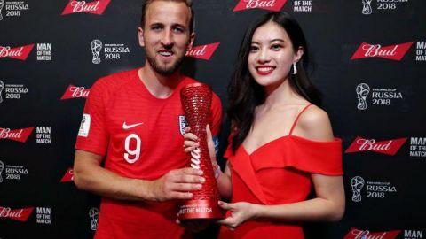 连云港城市形象大使相杨为英格兰第一队长哈利凯恩颁奖本场最佳球员