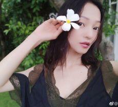 张韶涵晒美照自然氛围浓 手拿花朵清新又唯美
