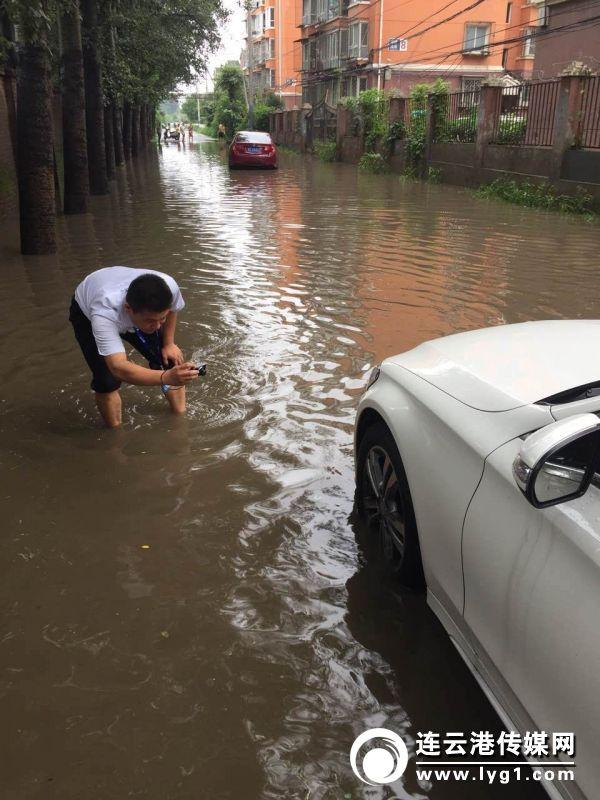 中国太保的查勘员卷起裤腿,进入水淹区域拍照查勘(2018-7-19)