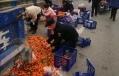 民警幫忙撿拾橘子的一幕太暖心!