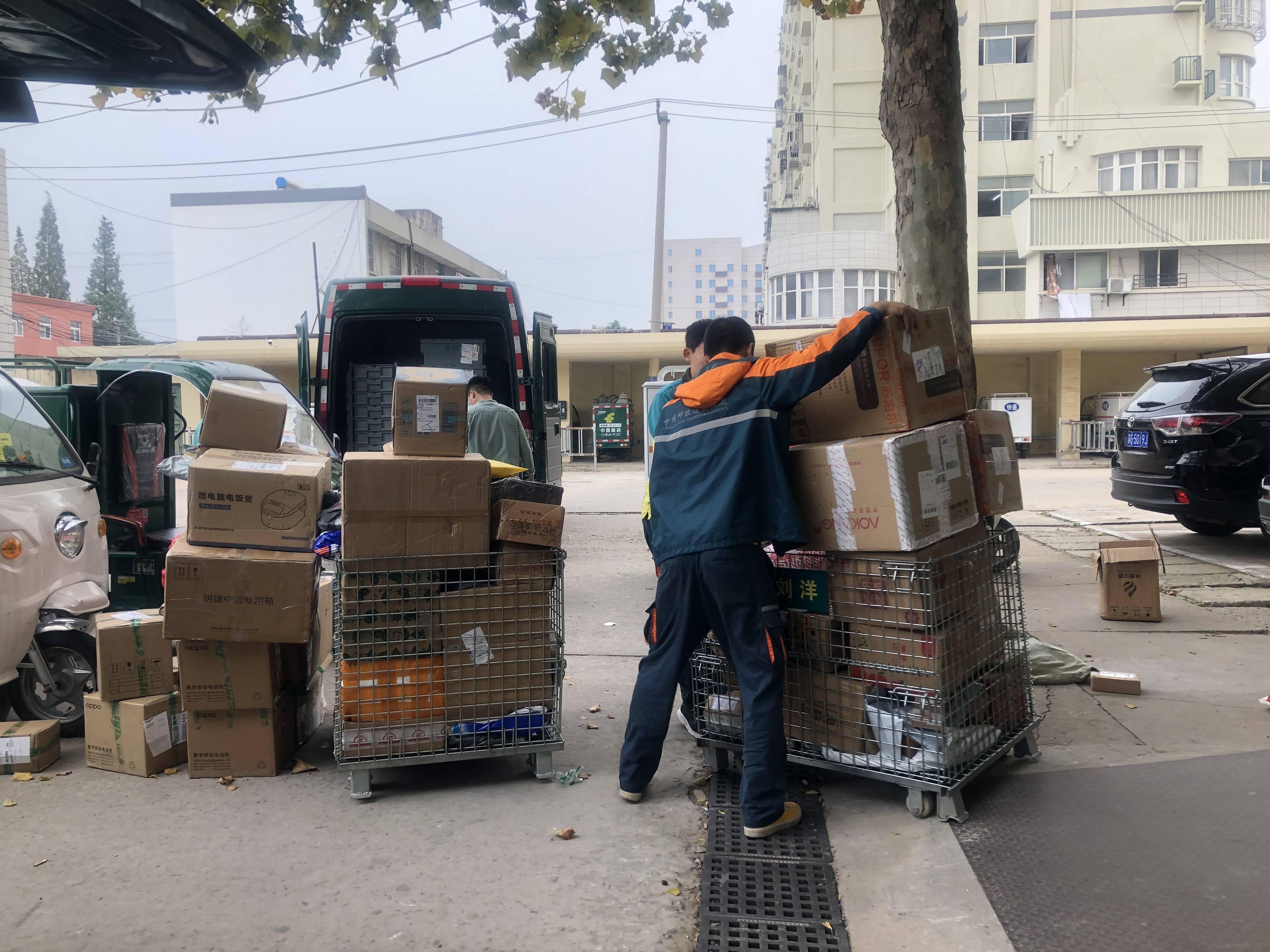 """在连云港,遇到文明看见你——邮政快递员保障""""双节""""快件揽收无阻"""